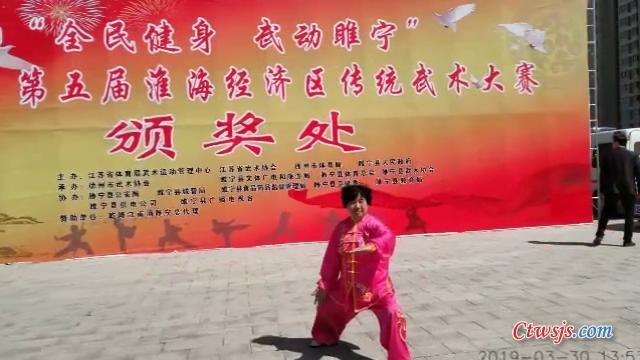 仲艳秘书长在颁奖处留影.JPG